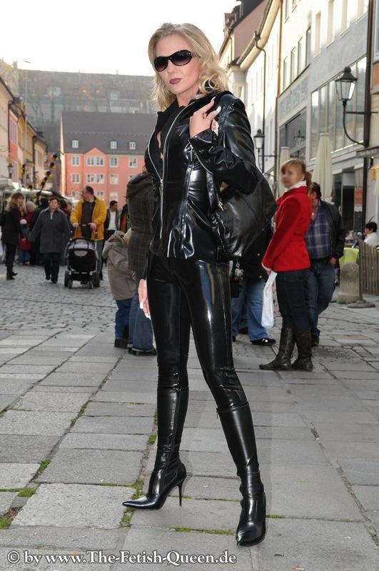 Mistress noir in club - 1 2