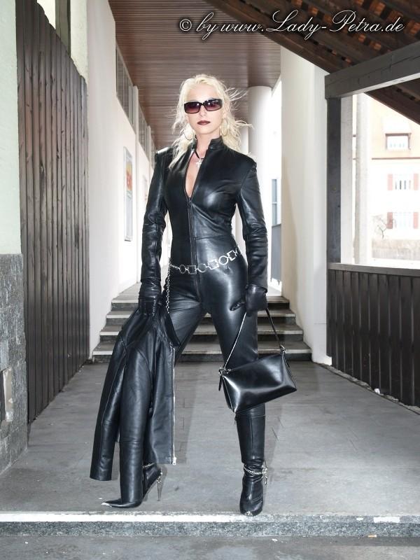 красивые блондинки в кожаных костюмах и в сапогах фото